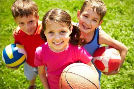 niños-con-pelotas